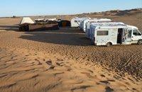 Campamento de autocaravanas en el desierto de Marruecos